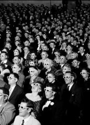 Зрители во время просмотра стереоужасов