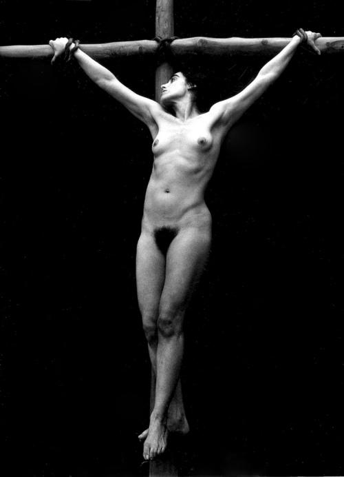 Диаманда Галас на кресте