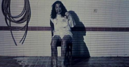 Камера Мотор Смерть  Анхела которая пишет работу о насилии на экране вынуждена переключиться на более важное занятие поиски убийцы девушки с кассеты ведь он наверняка